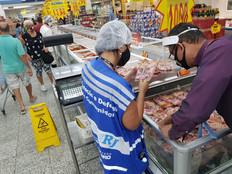 Procon encontra irregularidades em supermercados de Realengo e descarta alimentos