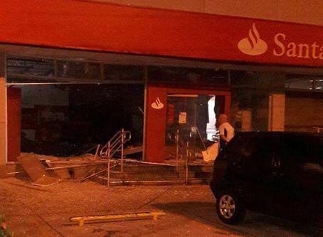 Bandidos em um carro e moto explodiram agência do Santander no Valqueire