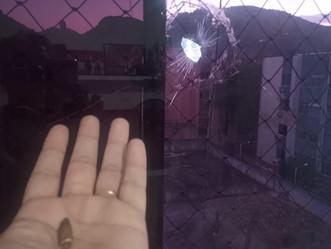 Bala perdida atinge apartamento em Sulacap, após bandidos atirarem contra a PM