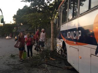 Ônibus da Novacap sofre acidente em frente ao Carrefour Sulacap nessa sexta (16)