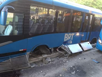 Articulado BRT colide com estação na Barra e motoristas relatam problemas na direção
