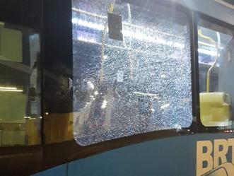 BRT | Articulado é apedrejado no corredor Transolímpica em Jacarepaguá