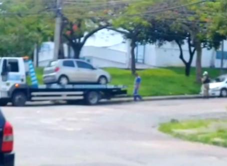 Contrariando Denatran, Prefeitura reboca e multa carros parados em praças públicas