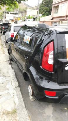 Bandidos ousados furtam rodas de carro de madrugada