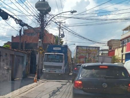 [VÍDEO] Paradas irregulares causam engarrafamentos em rua de Magalhães Bastos
