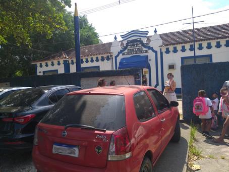 Visitantes do CFAP estacionam na porta de escola e atrapalham entrada dos alunos