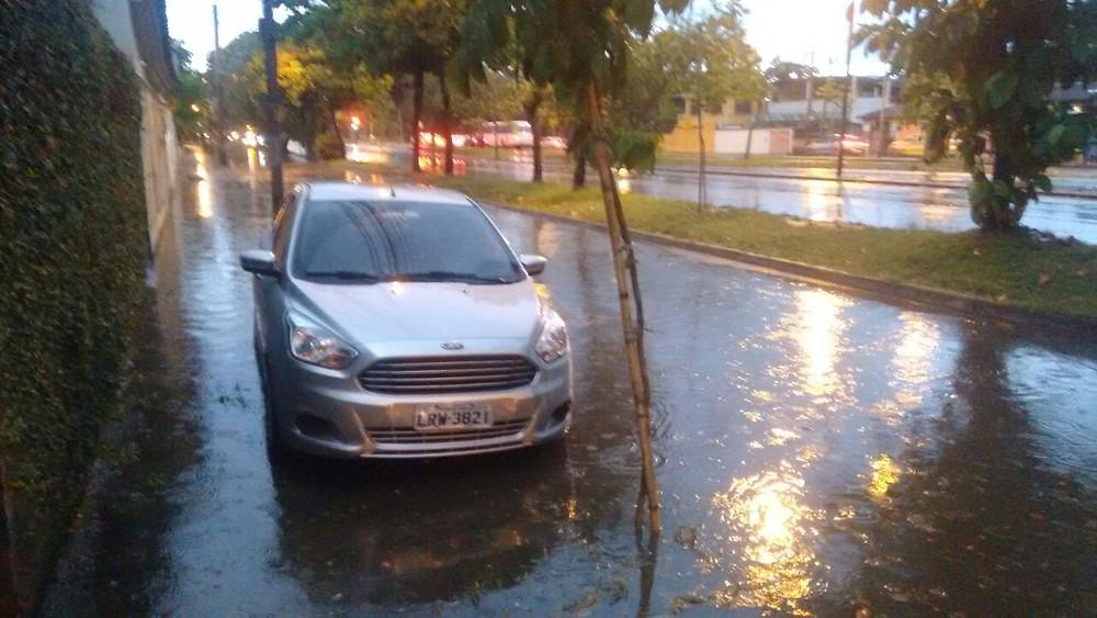 Avenida Albérico Diniz sofre com alagamento há décadas