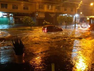 [VÍDEO] Vale a pena ver de novo: temporal alaga ruas da Mallet e Jardim Sulacap