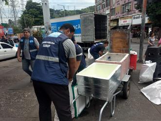 Agentes apreendem 1.040 itens do comércio irregular em Madureira