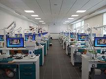 Salle de travaux pratiques dentaires sur mannequin et prothèses
