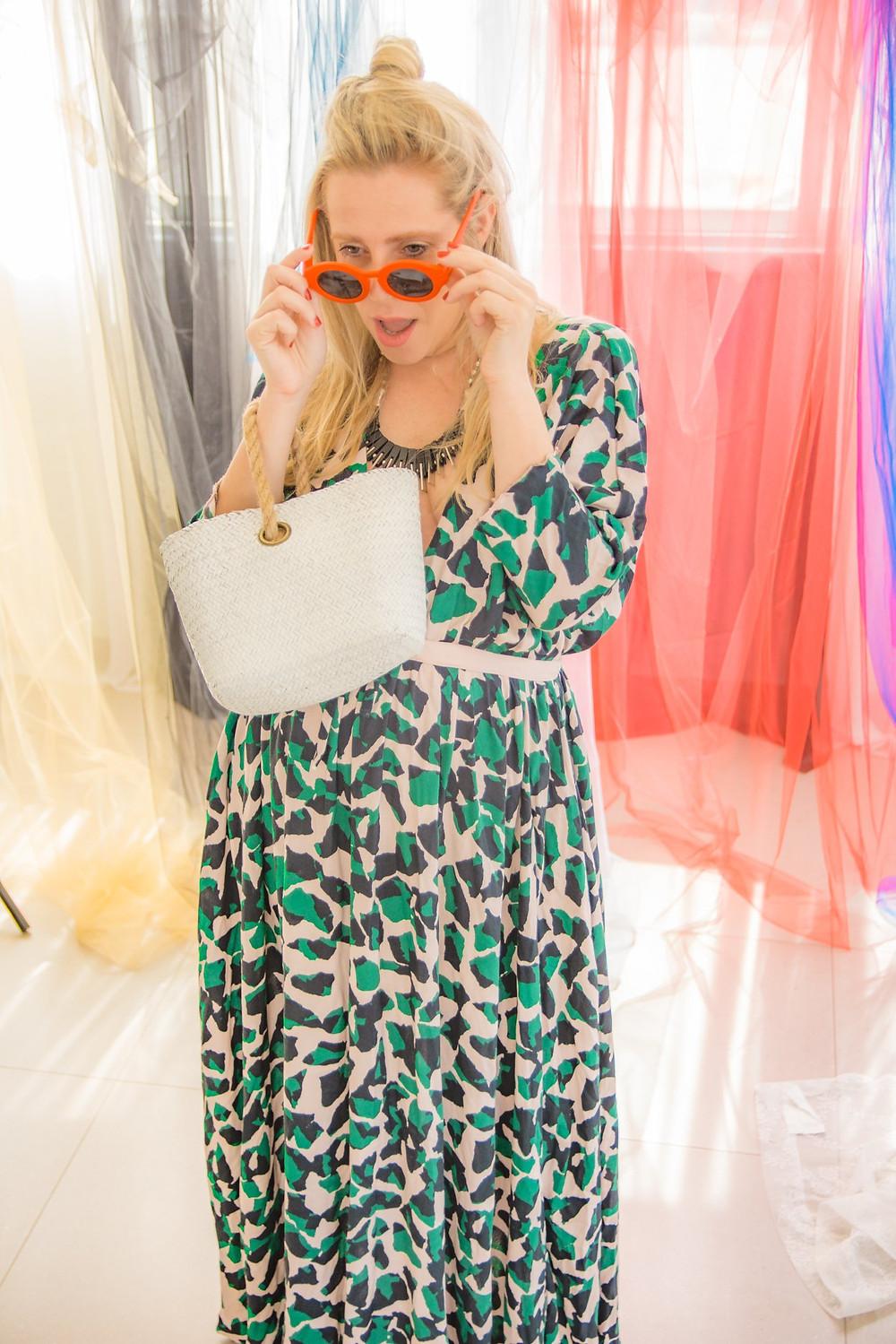 שמלה: אן ברקוביץ'. משקפי שמש, תיק, שרשרת: אוסף פרטי. צילום: מיטל אזולאי
