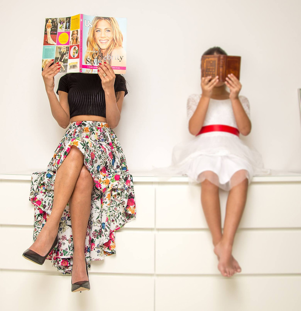 חולצה: אן ברקוביץ', חצאית: אודיה מובשוביץ, נעליים: רשת אלדו, שמלת ילדה: אצבעונית. צילום: מיטל אזולאי