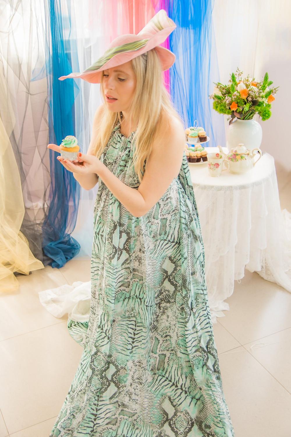 שמלה: אן ברקוביץ'. כובע: מאור צבר. צילום: מיטל אזולאי