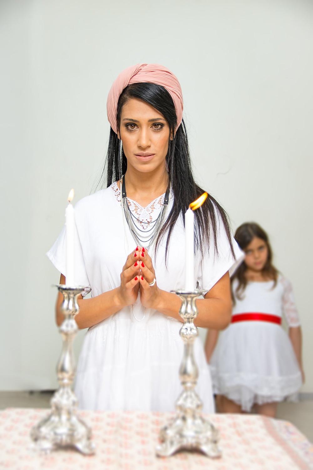 שמלה: חן קאופמן-כהן, תכשיטים: רשת טופ טן, מטפחת: אוסף פרטי, שמלת ילדה: אצבעונית. צילום: מיטל אזולאי