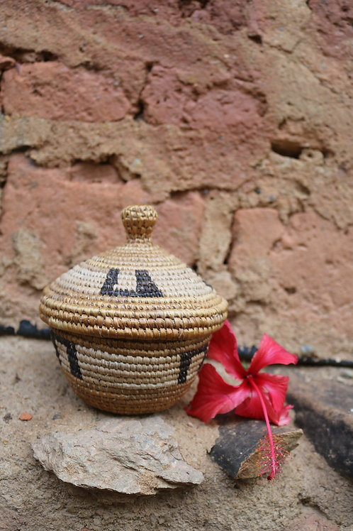 Natural lidded basket with horseshoes