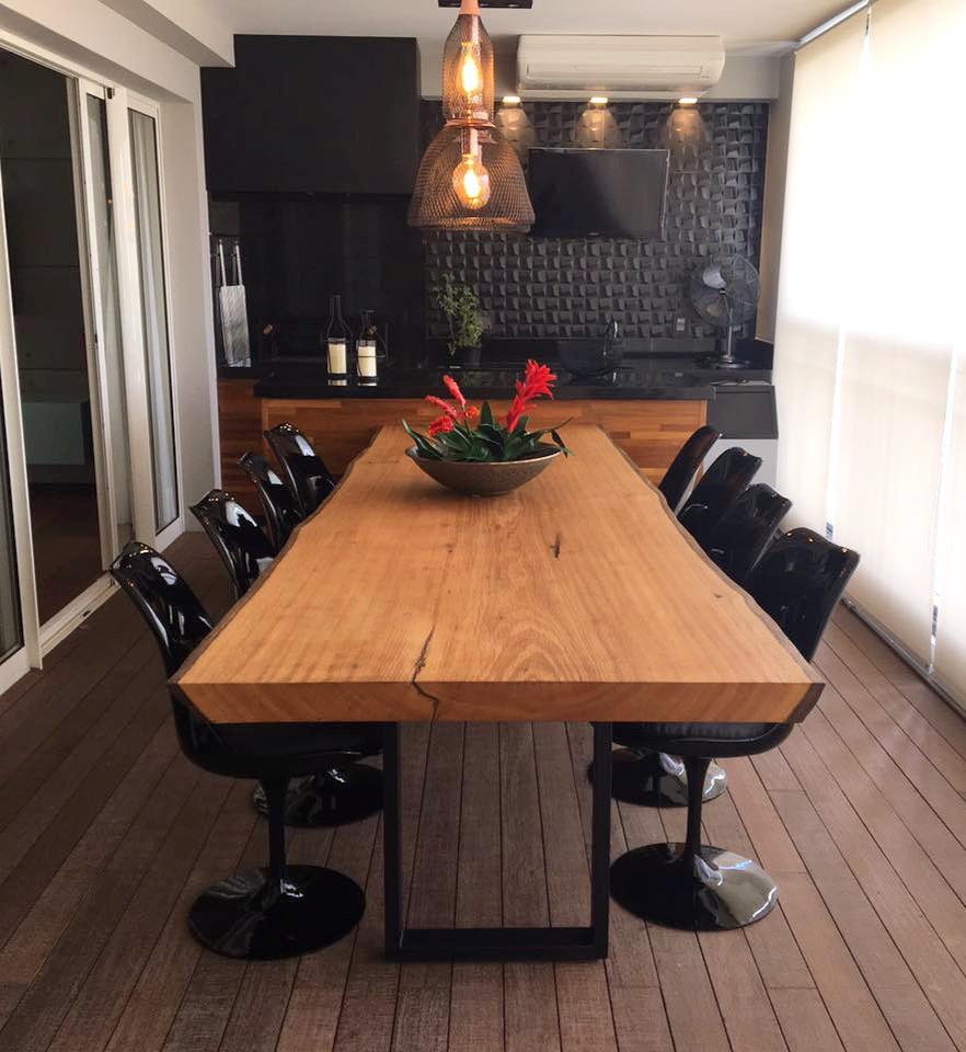 A dica aqui é combinar tampo de madeira e pés de ferro ou aço inox em sua mesa de jantar.