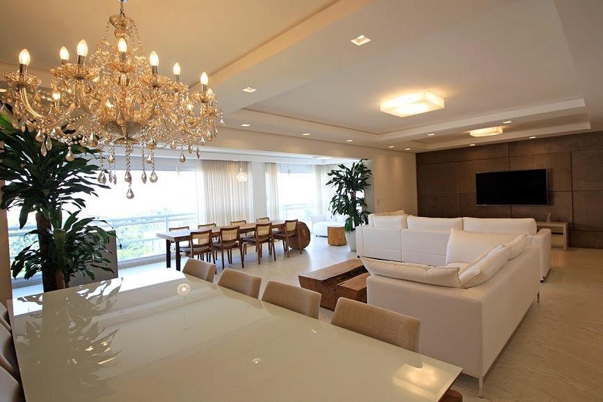 Predomina-se detalhes luxuosos como lustres, pisos de mármores, quadros e carpetes. Os móveis de madeira rústicos equilibram o o teor e deixam o ambiente aconchegante e moderno.
