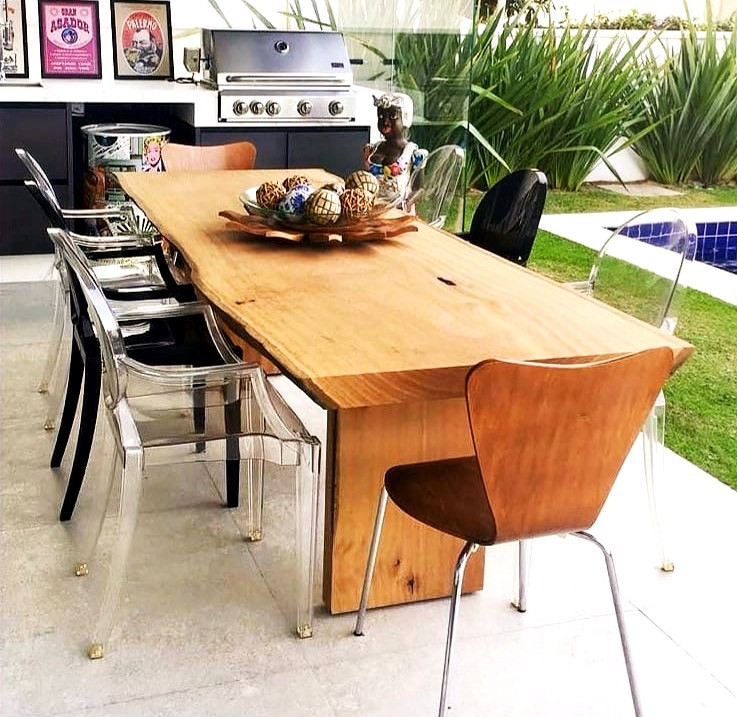 O que acharam da mesa de jantar com tampo e pés em madeira maciça? A combinação entre cortes precisos e retos com curvas naturais deixa a peça com aparência rústica e uma pegada moderna.