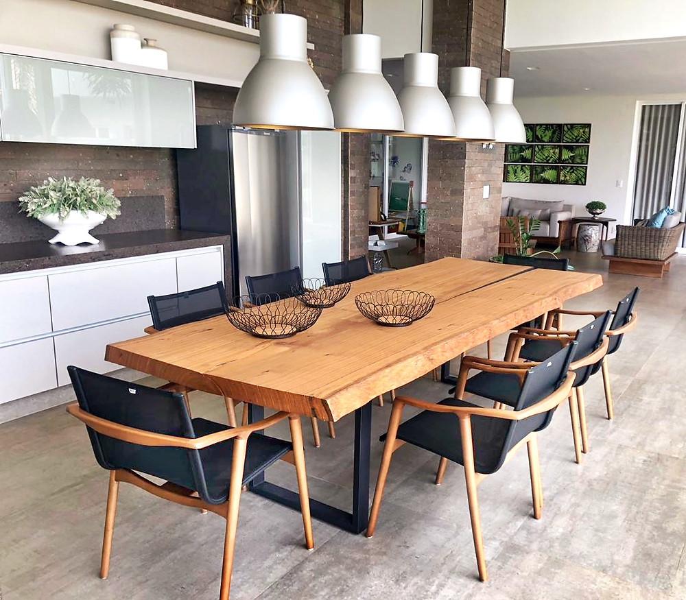 Os móveis de madeira deixam o ambiente confortável, convidativo e elegante. Já a os móveis de madeira da ArboREAL elevam ainda mais os conceitos de design, glamour e decoração. Ao colocar as mesas de jantar de madeira da ArboREAL, você está trazendo vida e alegria ao ambiente.