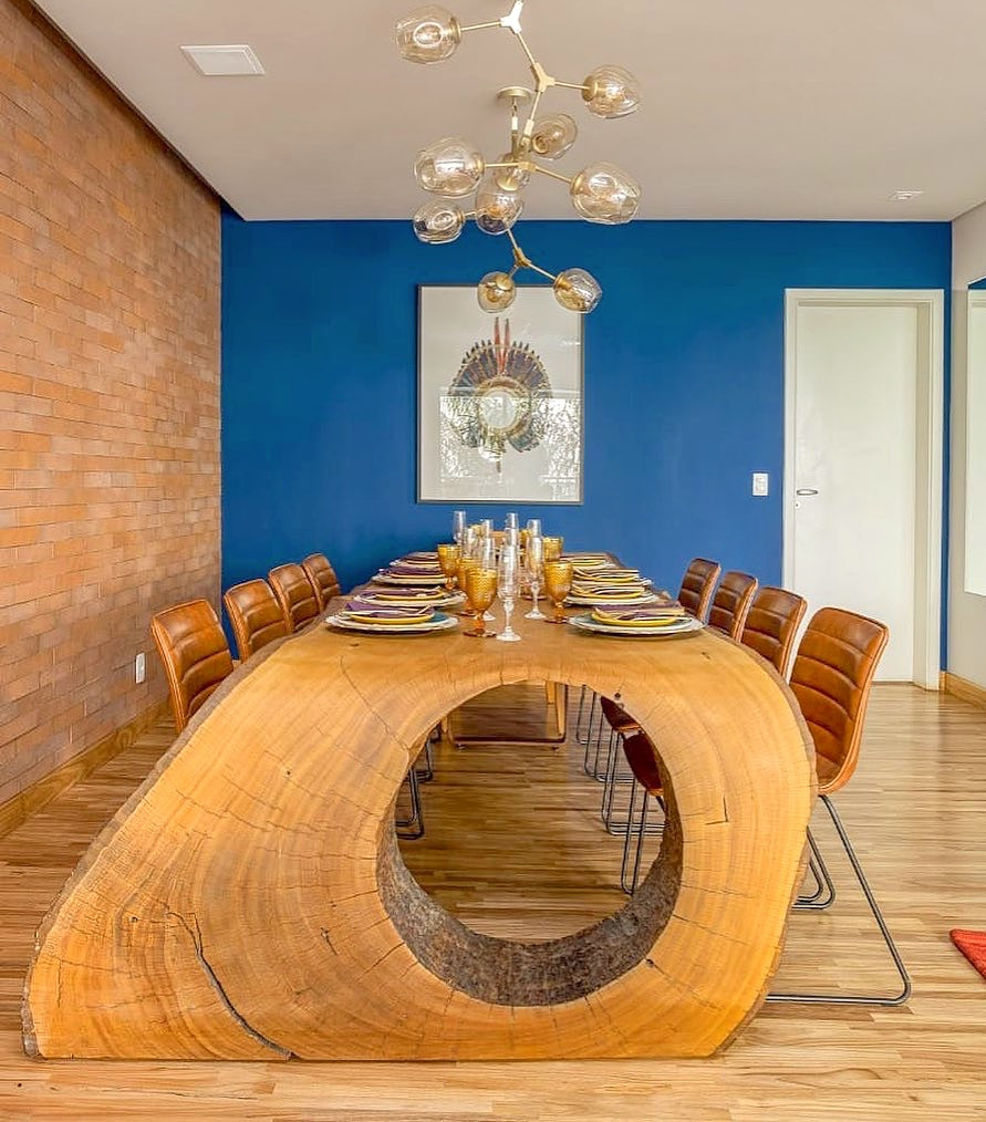 A mesa de jantar modelo Curva da ArboREAL foi desenhada seguindo o linhas projetadas em um plano curvo e suave. Isso faz com que deixe-a leve, moderna e com robustez para entrar em todos os tipos de decoração, industrial, moderna, minimalista ou contemporânea.