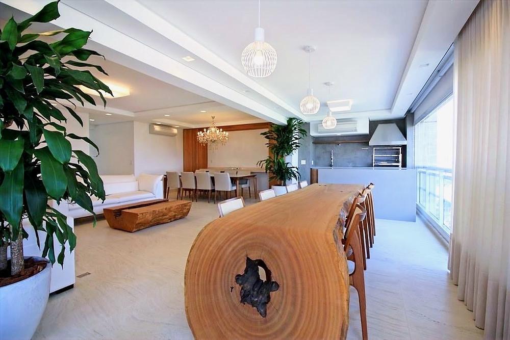 Uso de madeira maciça na decoração clássica. Os móveis de madeira da ArboREAL entram na decoração no estilo clássico.