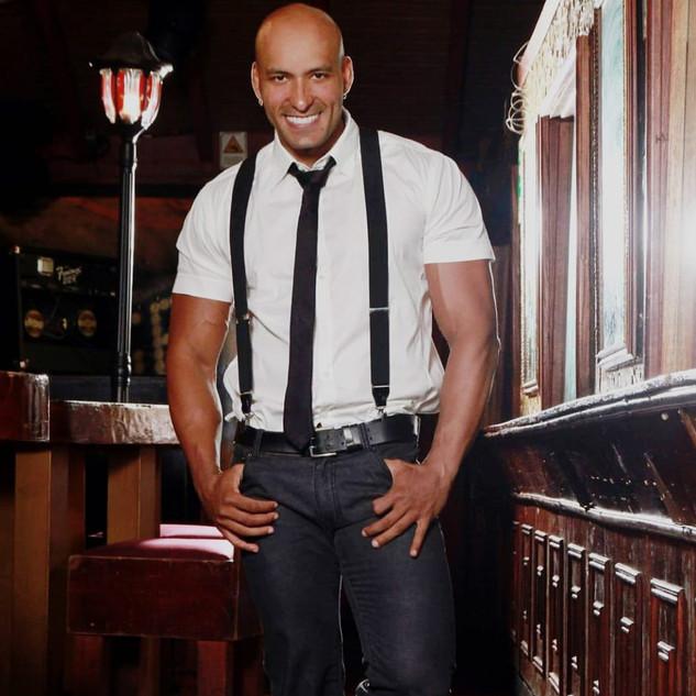 Nombre : IGOR Estatura : 1.84m Nacionalidad : Venezolano Pantalon : 32 Camisa : M Calzado : 9 Edad : 30 años