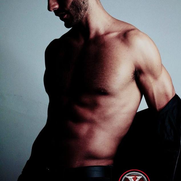 Nombre : LUKAS Estatura : 1.84m Nacionalidad : Argentino Pantalon : 30 / 32 Camisa : M Calzado : 8.5 Edad : 26 años