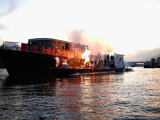 ทิ้งรักลงแม่น้ำ: ลูกชายวิเวียน เวสต์วูด จัดงานฌาปนกิจพังค์ร็อคมูลค่า 222 ล้านบาท