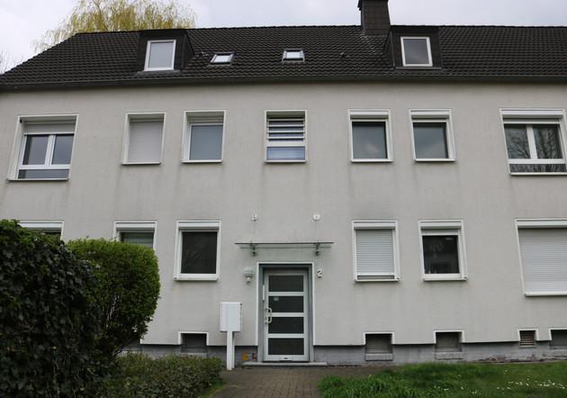 Diese individuelle Liegenschaft befindet sich an einer ruhigen Nebenstraße, in direkter Nähe von Feld, Wald und Wiesen sowie dem Rhein-Herne- Kanal und angrenzend Dortmunder-Ems-Kanal  sowie der Lippe