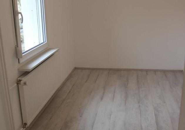 Sämtliche Wand- und Deckenflächen sind malerisch weiß gestaltet