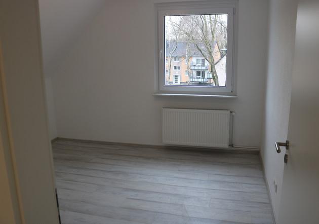 Die Gestaltung der Räume erfolgte mit Laminatböden sowie weißen Wand- und Deckenflächen