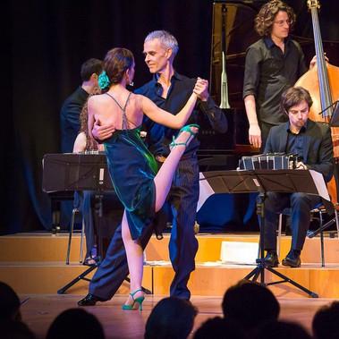 Tango Sí in der Tonhalle Düsseldorf 24.3.2018 Tanz: Jost Budde und Stefanie Pla Pérez mit dem Orchester Juan Mosalini Foto: Hartmut Schug