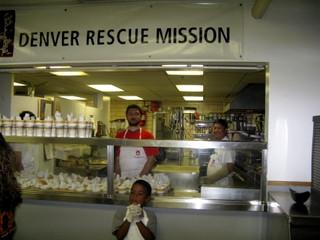 Emrah Ergul de Turquía junto a Dawa el cocinero principal del Domo en Nippon Kan ayudando durante la comida en la Misión.
