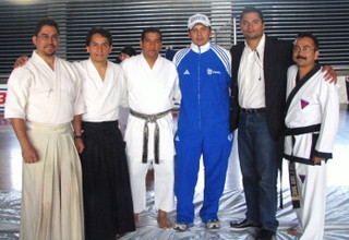 Profesores de diferentes Artes Marciales con directivos del plantel