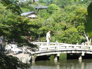 Homma Kancho cruza el puente del del Templo