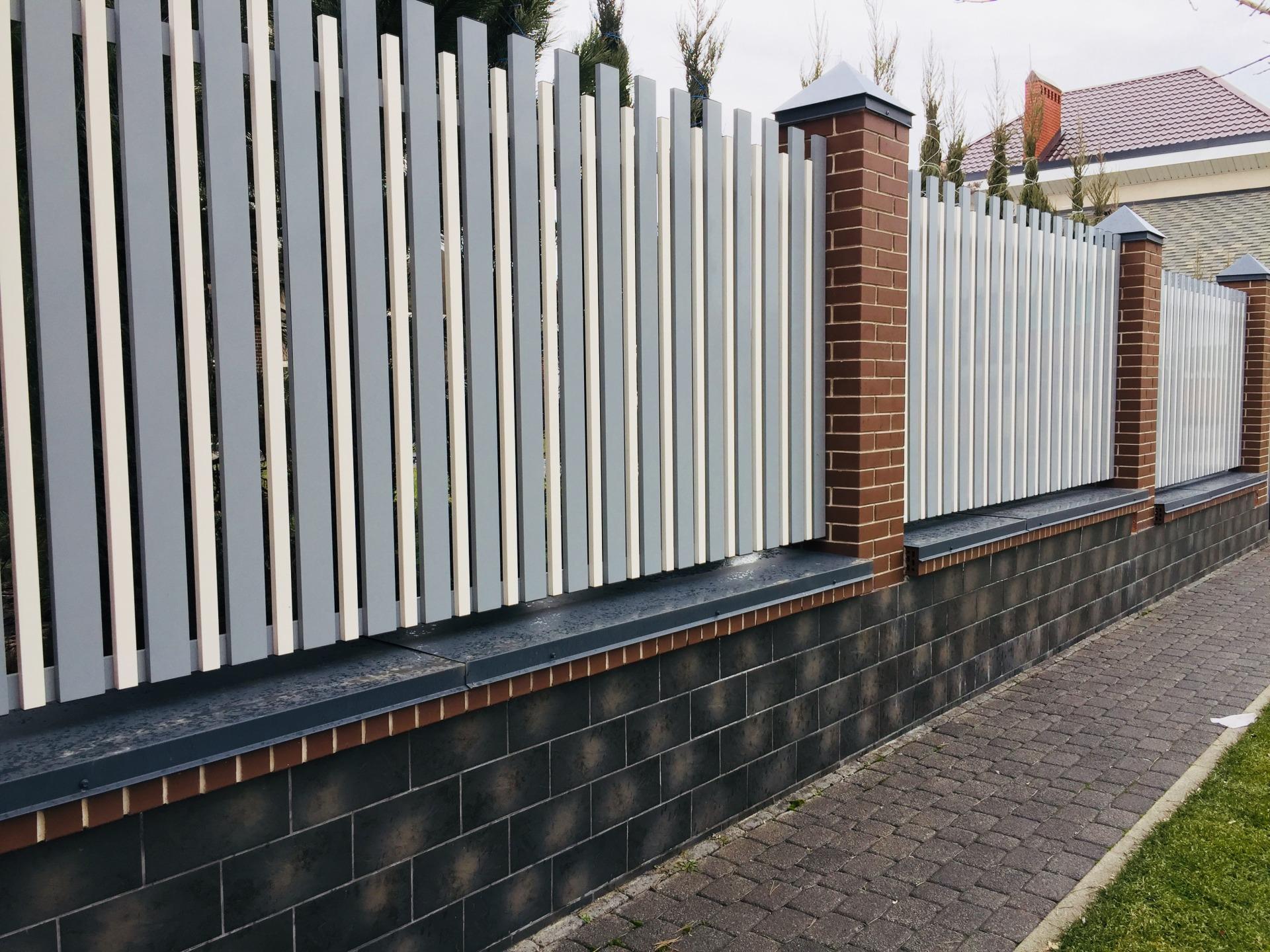 Забор по периметру дома