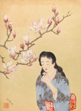 Junge Frau in Kimono unter einem blühenden Magnolien-Zweig