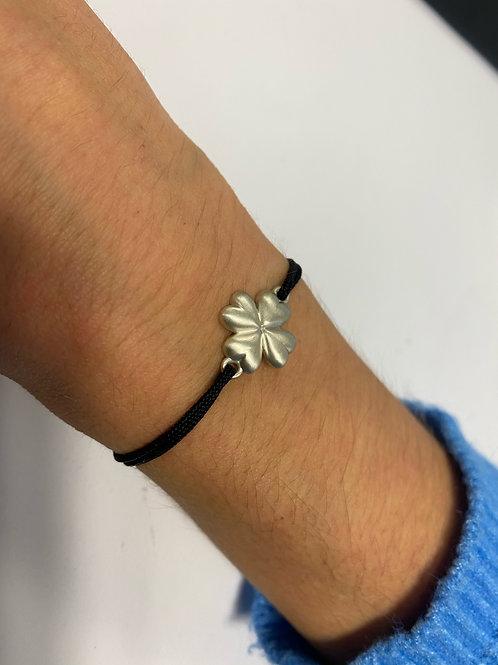 Bracelet trèfle fabriqué dans un atelier de joaillerie