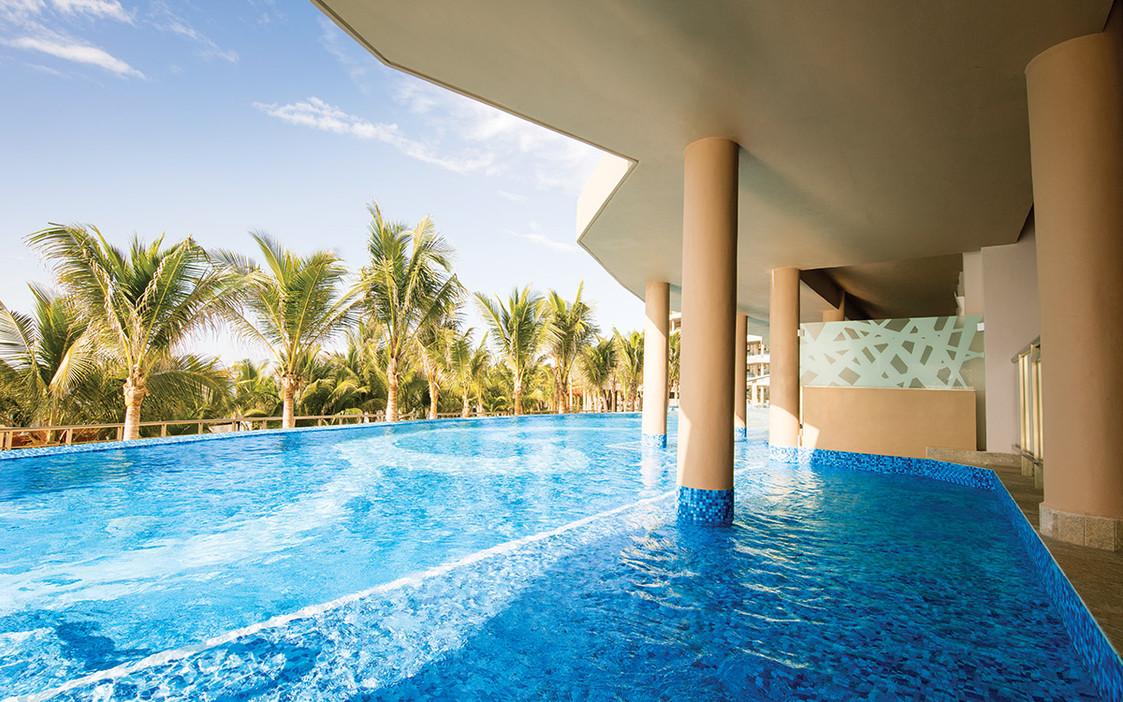 Oceanfront swim-up pool suite