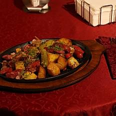 С картофелем и копчеными колбасками с беконом