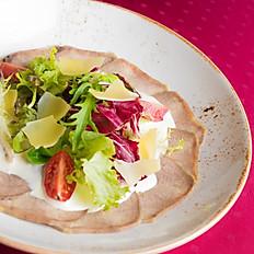 Вителло-Тонато с листьями салата и томатами