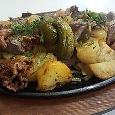 С картофелем, луком, грибами и говядиной