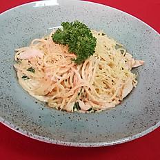 Спагетти с филе цыплёнка в сливочном соусе с пряными травами