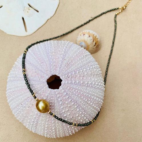 Collier une perle d'Australie et mini perles en pyrite et plaqué or