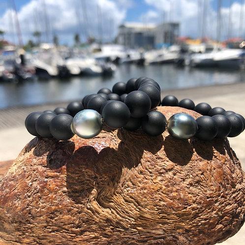 Bracelet 20 pierres ;1Perle de Tahiti et Onyx Mat,montésur silicone italien très résistant.
