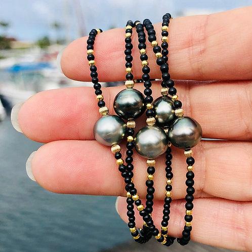 Bracelet une perle de Tahiti et mini perles en onyx mat et plaqué or