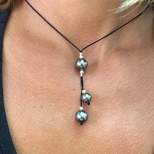 Collier 3 perles de Swarovski sur fil de polyamide avec fermoir coulissant macramé