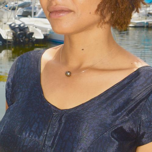 Collier avec une perle de Tahiti monté sur un fil transparent et fermoiren Argent 925.