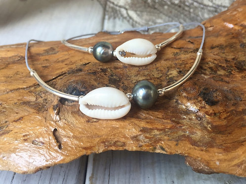Bracelet 1 perle de Tahiti,joncs et cauri naturel,fermoir ressort sur cordon coulissant.  Ce bijou est monté sur cordon jap
