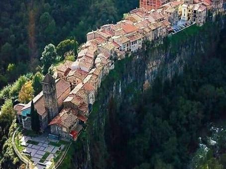 ספרד : CASTELLFOLLIT DE LA ROCA, העיירה  העתיקה  מימי הביניים על מצוק הבזלת